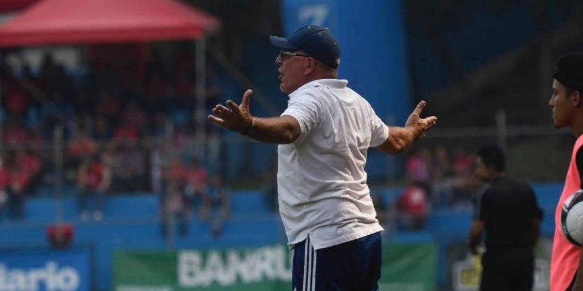 Desesperado por el descenso, Ariel Sena arremete contra sus jugadores