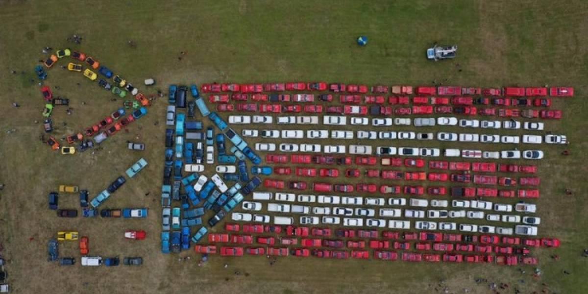 Crean bandera puertorriqueña más grande del mundo con automóviles