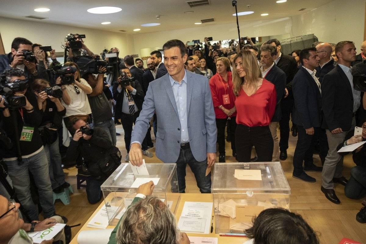 El presidente del Gobierno español y candidato del Partido Socialista Pedro Sánchez vota en un centro electoral durante las elecciones generales de España en Pozuelo de Alarcón, a las afueras de Madrid, el domingo 28 de abril de 2019. (AP Foto/Bernat Armangue) AP