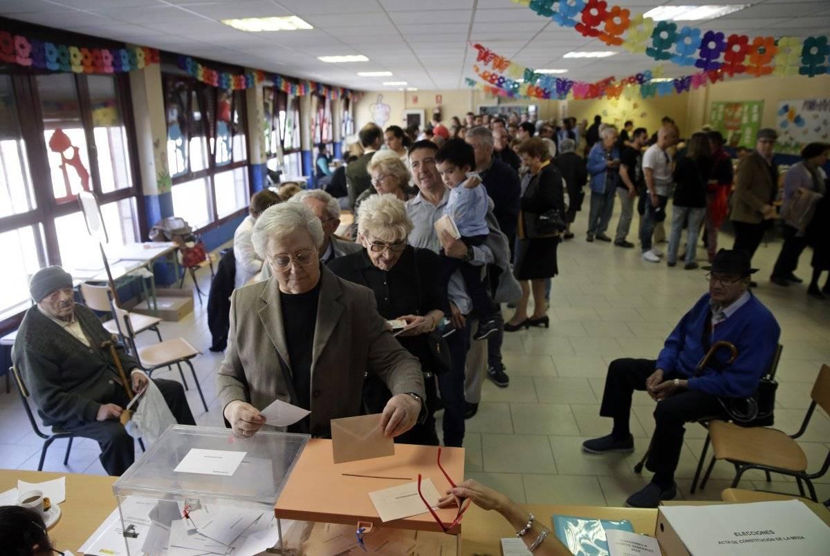 En la imagen, un grupo de personas hace fila para votar en las elecciones generales españolas, en Madrid, el 28 de abril de 2019. (AP Foto/Andrea Comas) AP