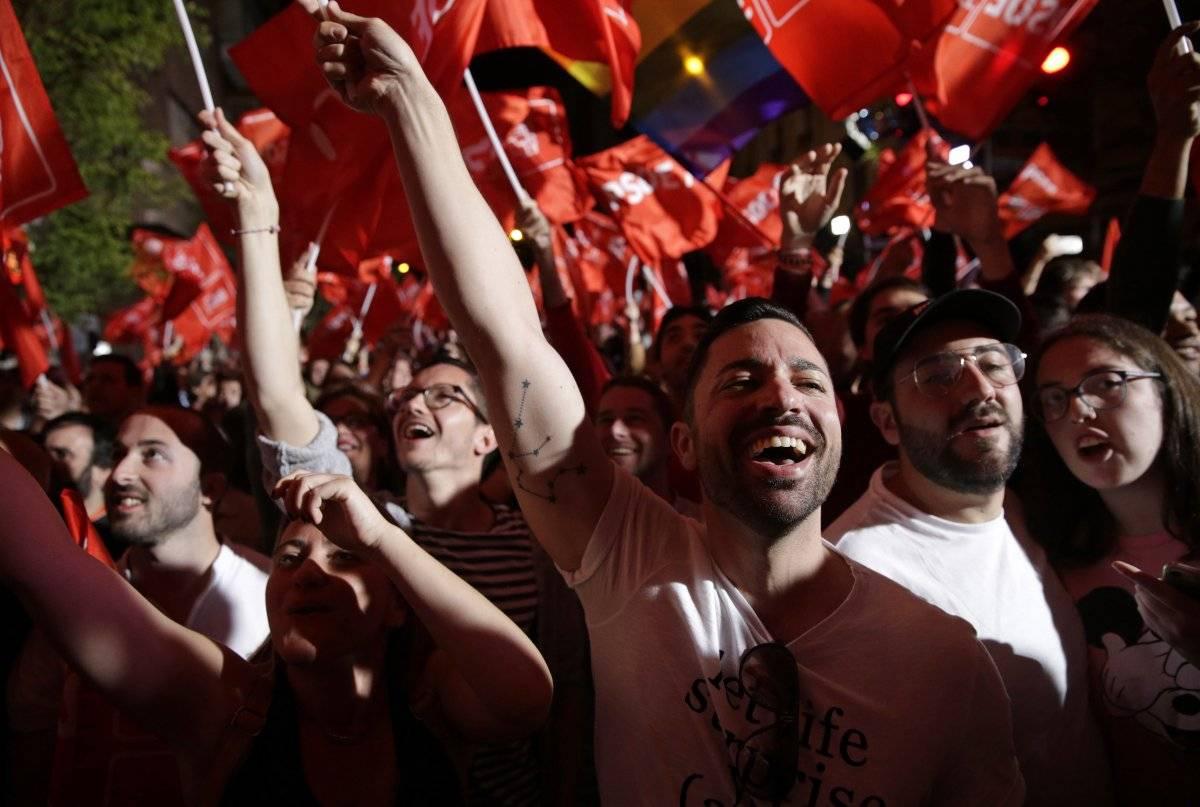 artidarios de Pedro Sánchez, jefe del gobierno español y candidato del PSOE, festejan al enterarse de los resultados de los comicios en Madrid, el domingo 28 de abril de 2019. (AP Foto/Andrea Comas) AP