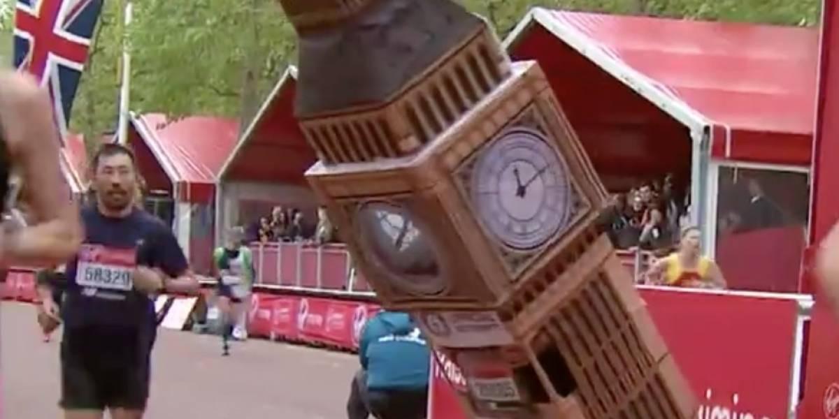 VIDEO: Corredor completa el Maratón de Londres disfrazado de Big Ben