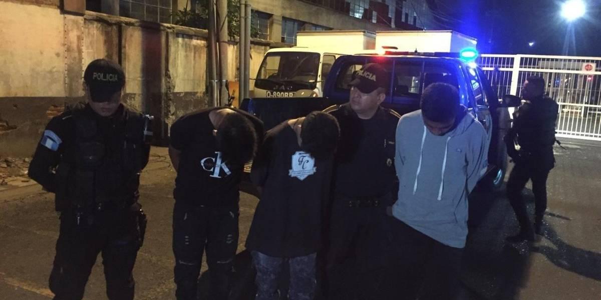 Tras persecución, capturan a tres presuntos asaltantes en Villa Canales