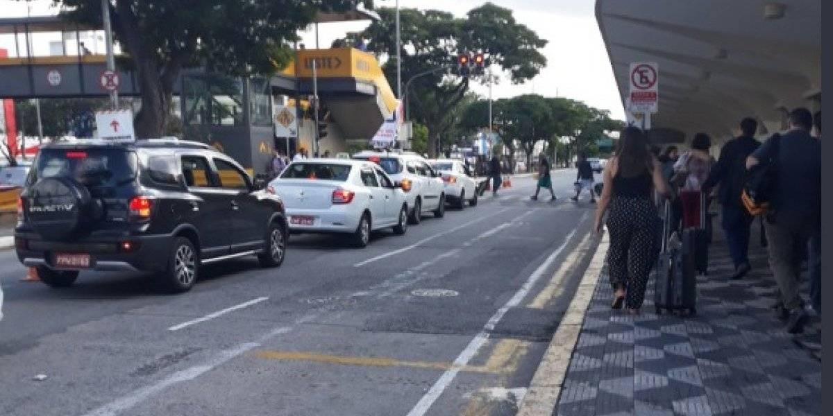 Taxistas protestam contra nova regulamentação do transporte por aplicativo