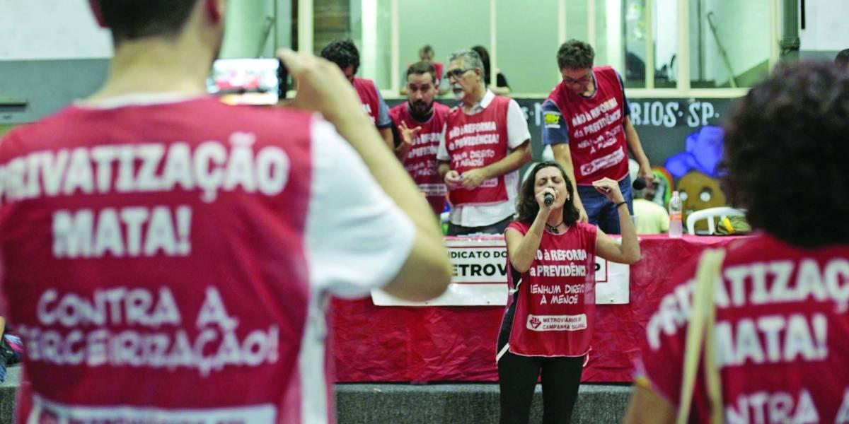 Funcionários fazem assembleia para decidir sobre greve no metrô na terça