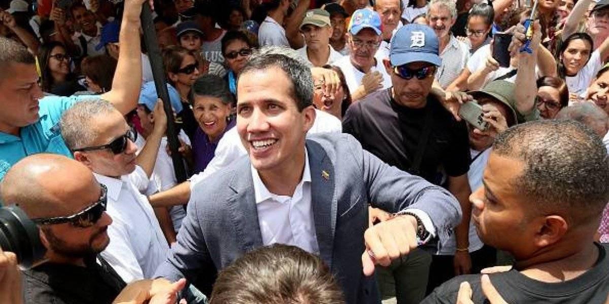 """Guaidó anuncia que militares dieron """"de una vez el paso"""" para unirse a él"""