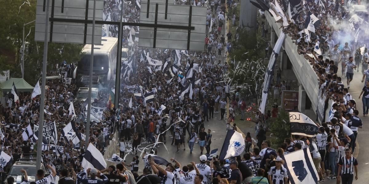 Aficionados del Monterrey hacen caravana pese a estar prohibidas
