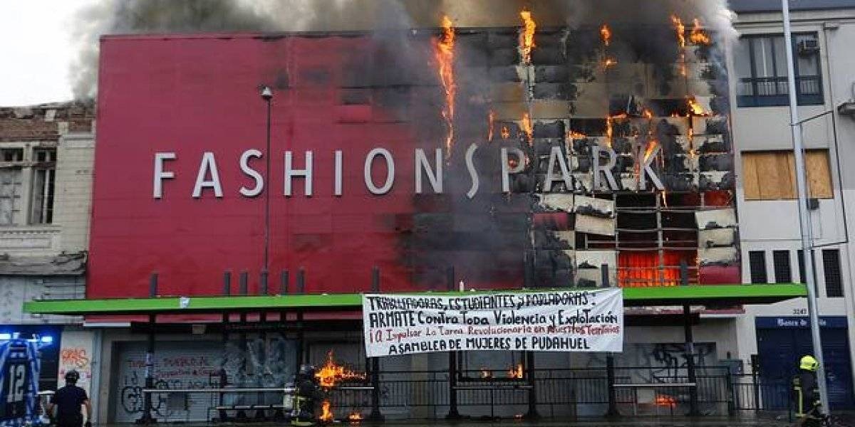 Quince compañías de Bomberos luchan contra las llamas: incendio afecta a local comercial durante marcha del Día del Trabajador
