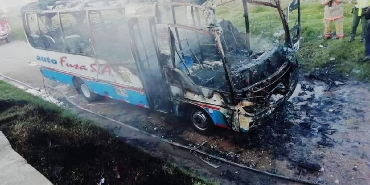 Asaltan y queman bus que cubría la ruta Bogotá-Cabrera