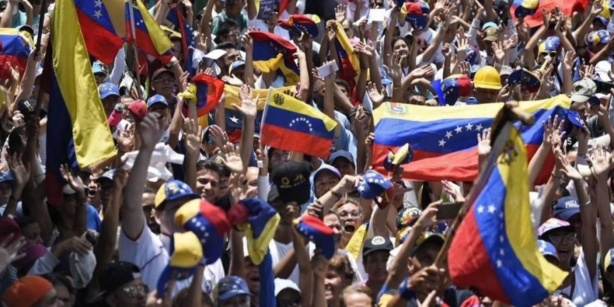 Guaidó y Maduro movilizan a sus partidarios tras fallido alzamiento militar