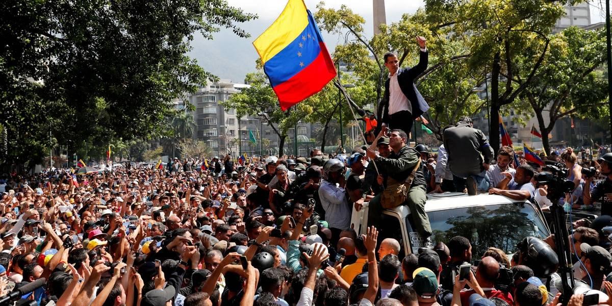 Manifestantes venezuelanos voltam a entrar em confronto com forças de Maduro