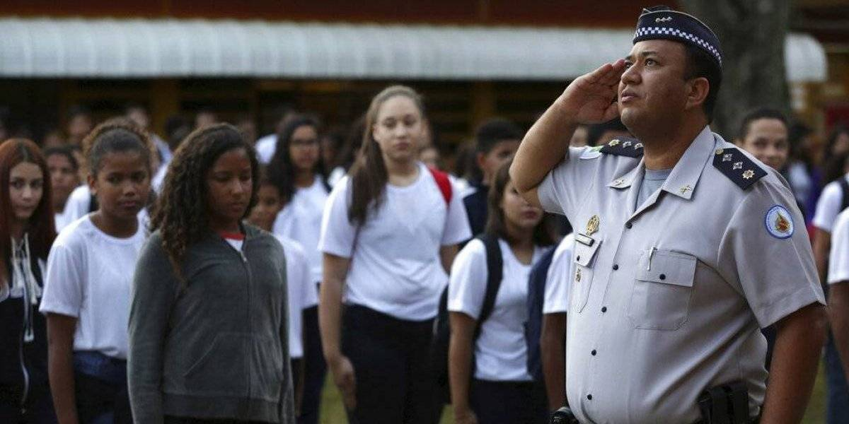 Bolsonaro quiere policías en escuelas para mejorar comportamiento