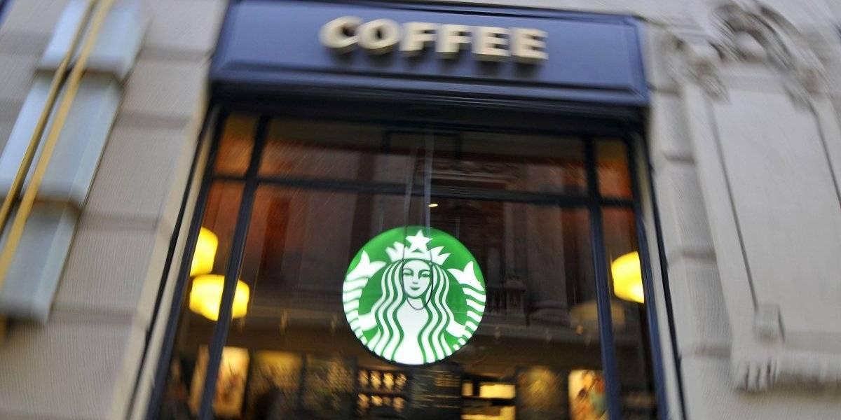 Viralizan discusión en un local de Starbucks en Providencia: mujer lanzó café en la cara a un estudiante por no mover su mochila