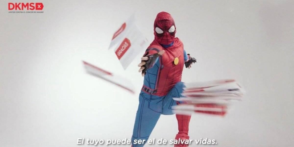 """""""Estúpido y sensual Spiderman"""" se las juega en campaña para donar células contra el cáncer"""