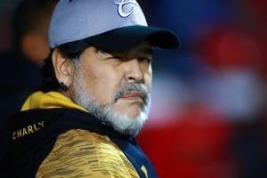Detienen a Maradona a su llegada en Argentina