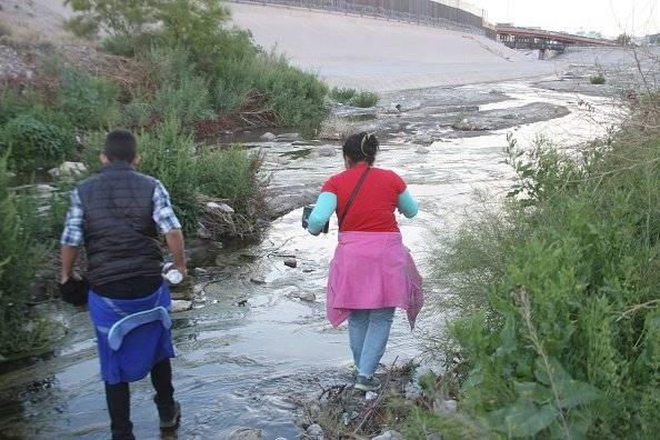 La gente cruza la frontera Estados Unidos México Por Ciudad Juárez