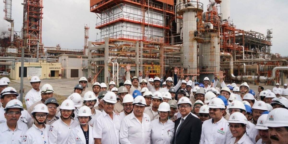 Se compromete AMLO a rehabilitar refinerías en dos años