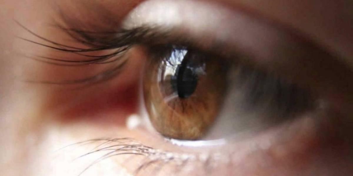"""Le dijo a la enfermera que le sujetara la cabeza: oftalmólogo la intervino del ojo equivocado y luego trató de """"enmendar"""" su error operándola sin anestesia"""