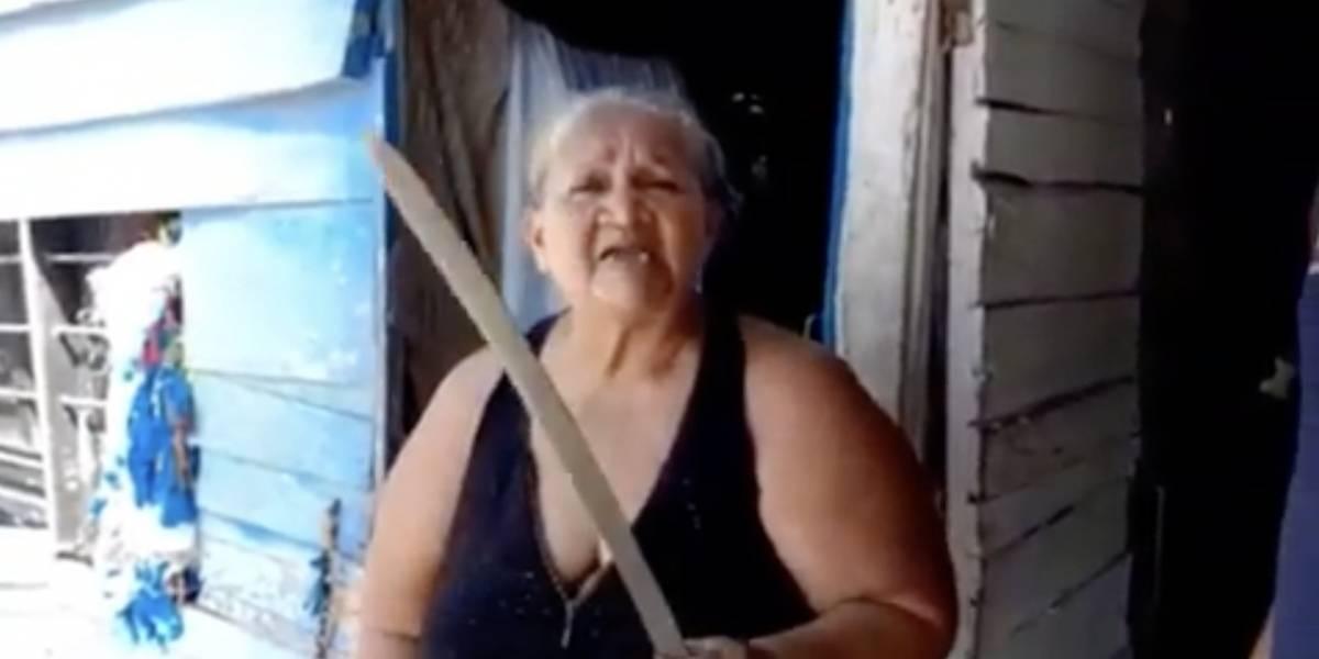 "Con machete en mano, mujer amenaza con ""coger a planazos"" a político que le incumplió"