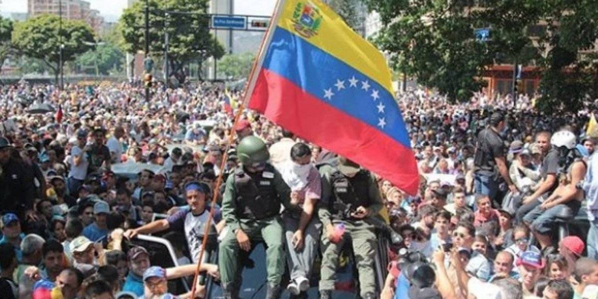 Guaidó llama a movilizarse frente a los cuarteles militares