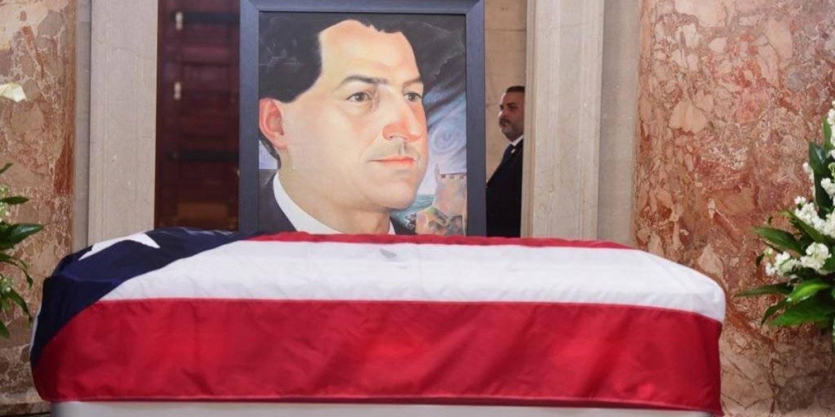 Exponen restos de Rafael Hernández Colón en El Capitolio