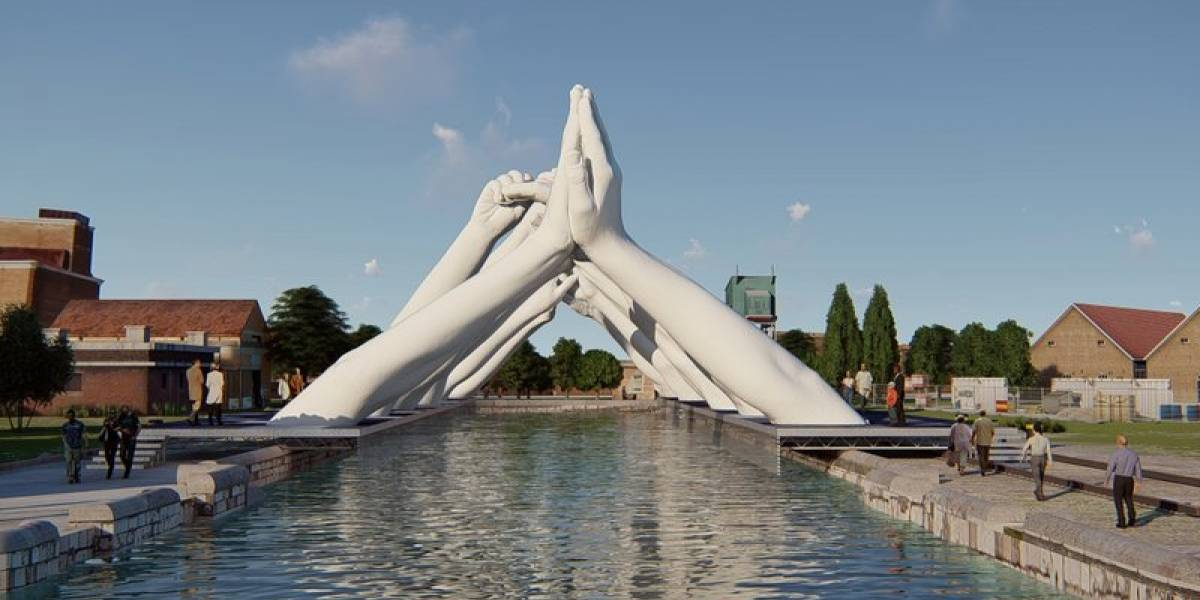 Seis manos gigantes forman puente en Venecia