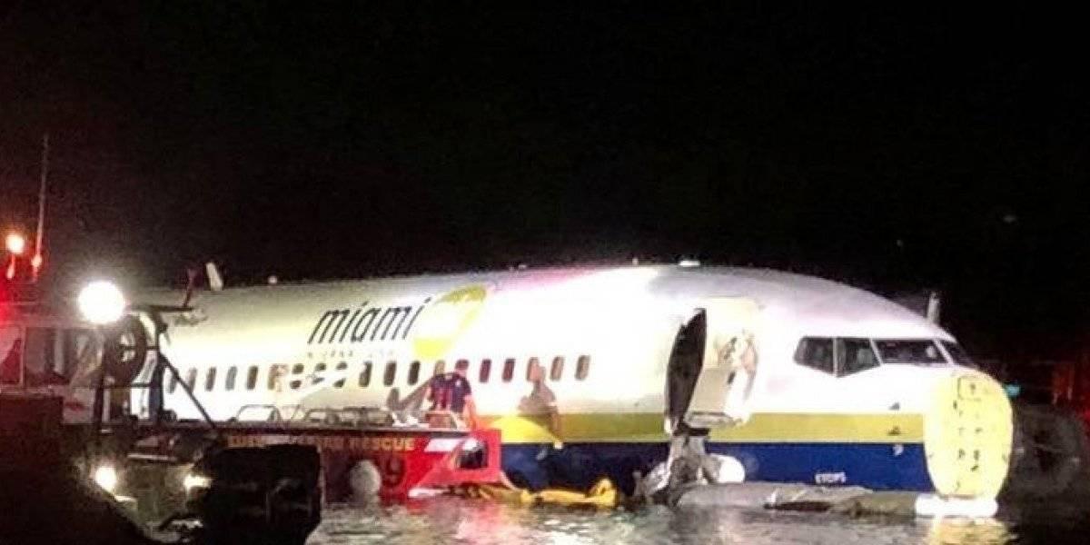 Avião com 143 pessoas desvia da pista e cai em rio na Flórida