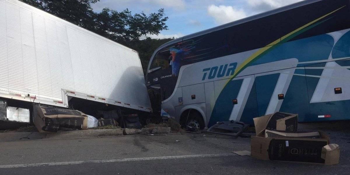 Colisão entre ônibus do time sub-15 do Bahia e carreta deixa dois mortos em Minas Gerais