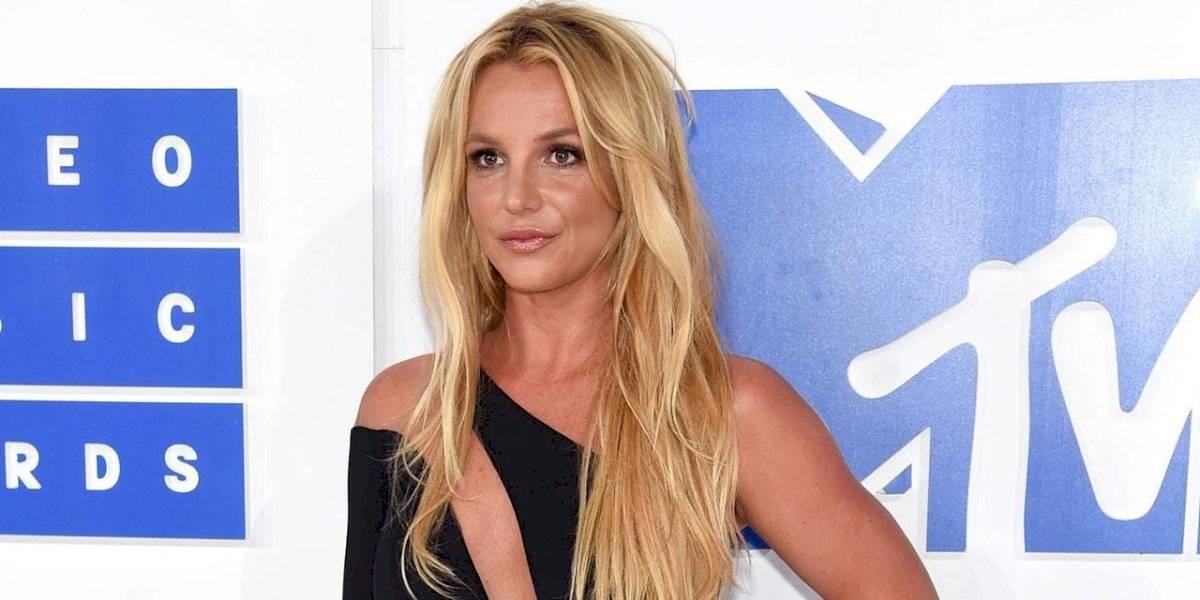 Britney Spears publica candentes fotos junto a su novio y su escote se lleva la atención