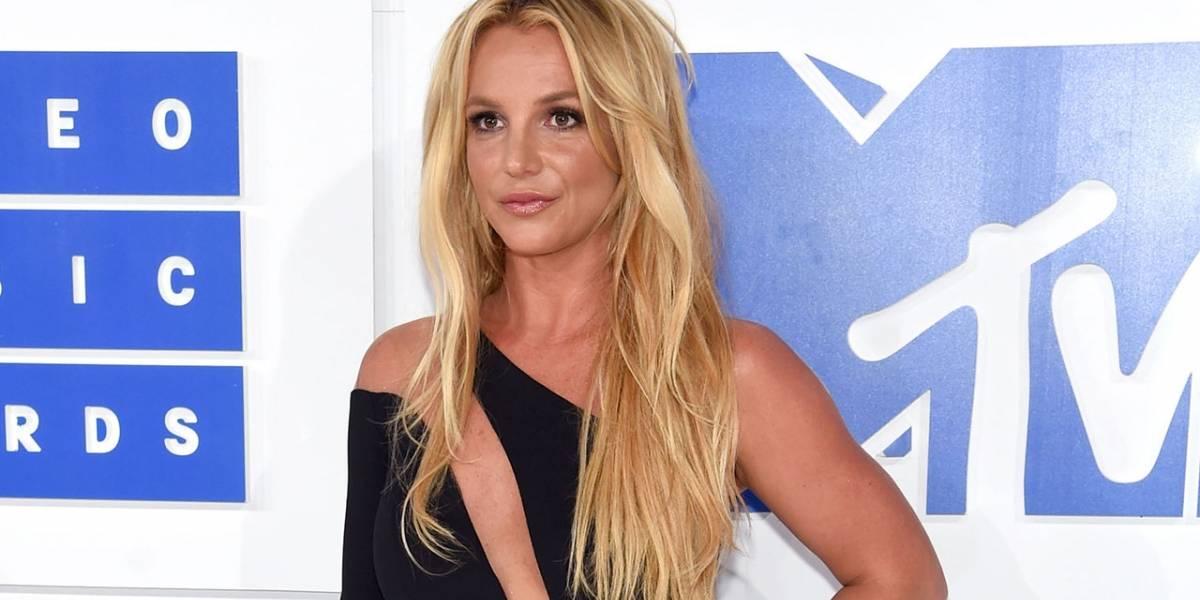 Britney Spears responde a las críticas por su imagen haciendo yoga en bikini