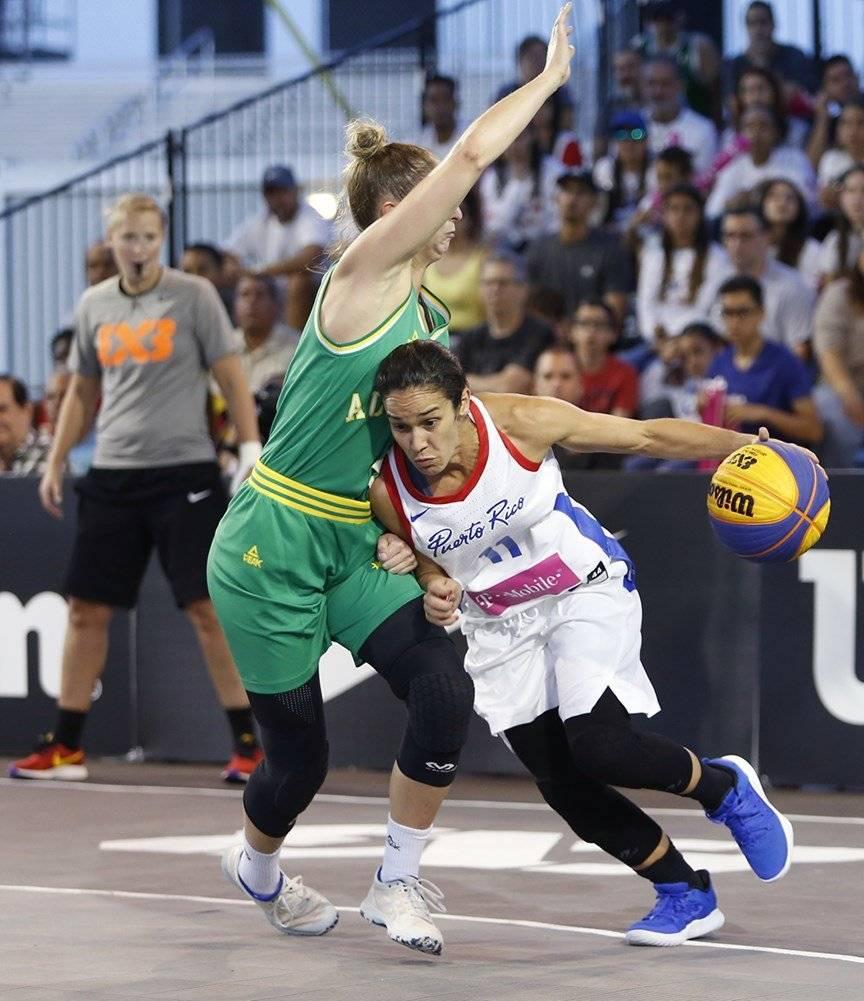 Michelle Hernández, de Puerto Rico, con el balón Suministrada/FIBA
