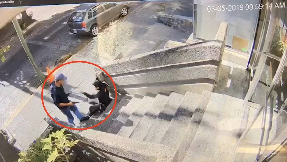 Sujeto desarma a mujer policía y después la asalta