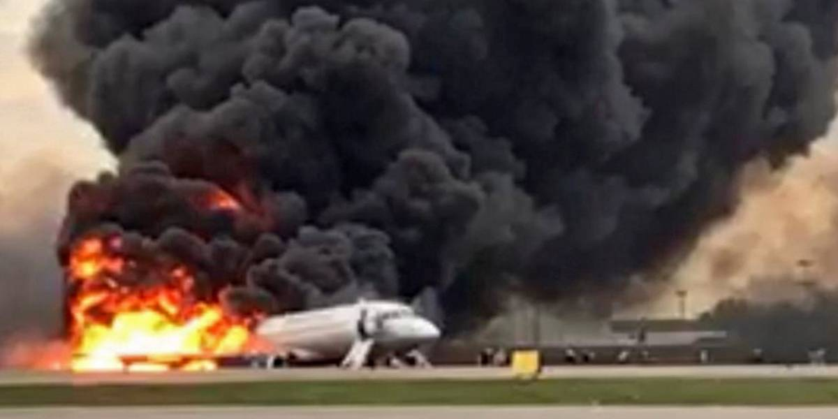 13 muertos al incendiarse avión en un aeropuerto de Moscú