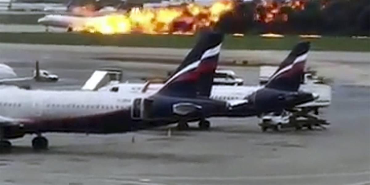 Avión se incendia en aterrizaje de emergencia en Rusia