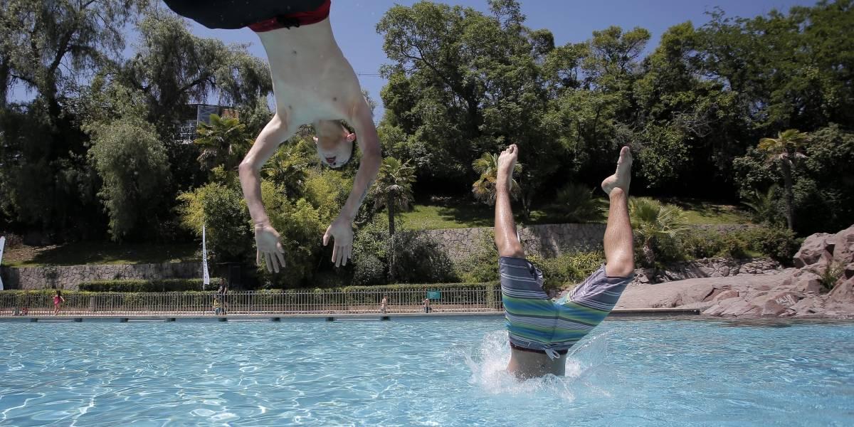 Algunos no tienen límites: ladrón cayó a piscina se sacó la ropa y siguió robando desnudo en San Bernardo