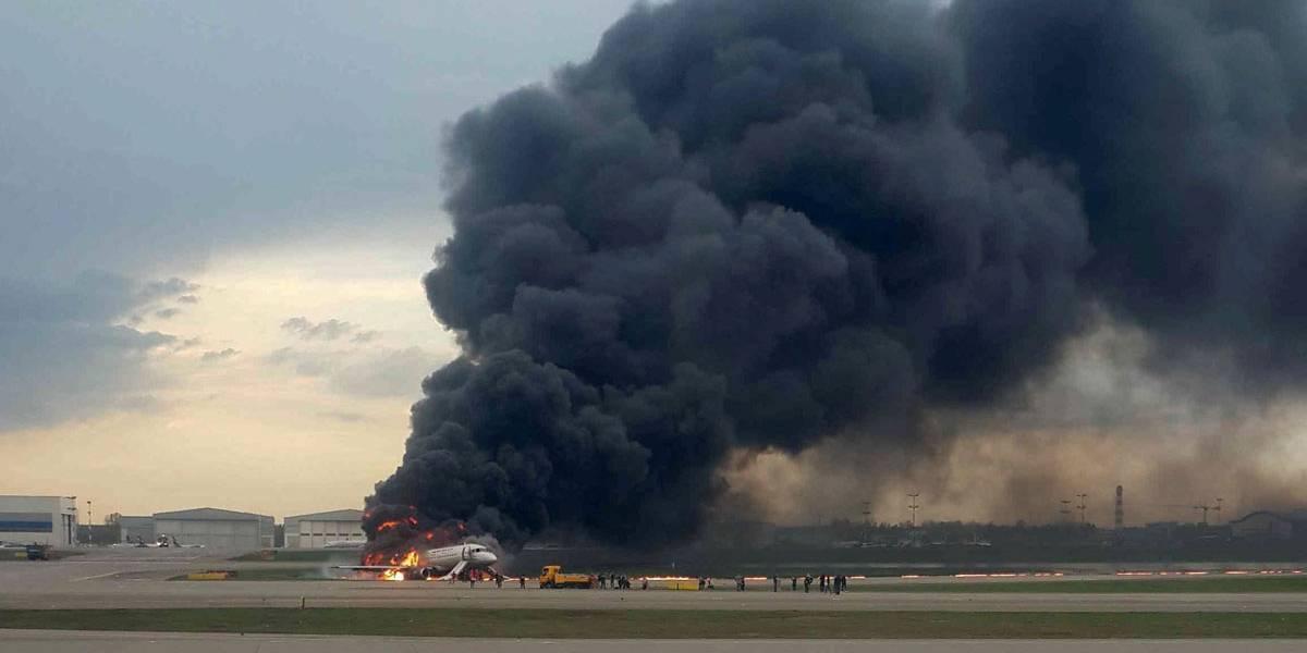 Avião pega fogo durante pouso de emergência em Moscou
