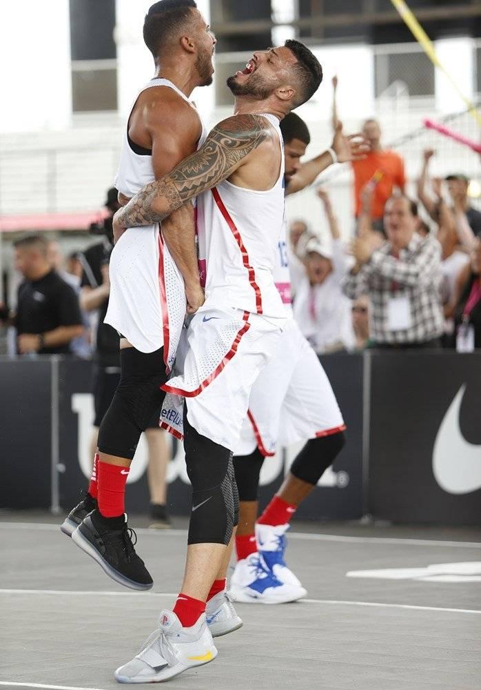 """Foto: Tjader Fernández y Luis """"Pelacoco"""" Hernández celebran durante el Premundial 3x3 Suministrada/FIBA"""