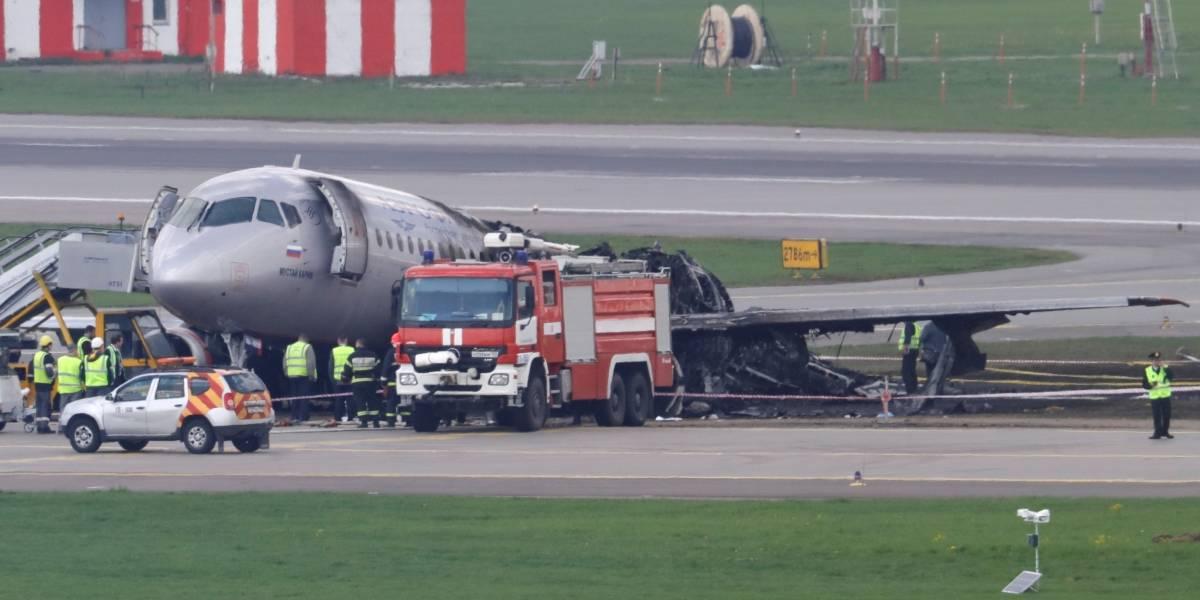 Avião faz pouso forçado devido a incêndio e pelo menos 40 pessoas morrem