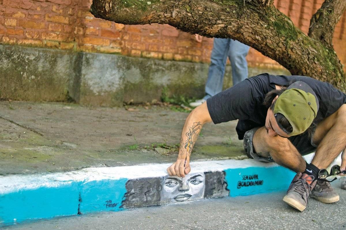 Artista TITTO grafitando degrau