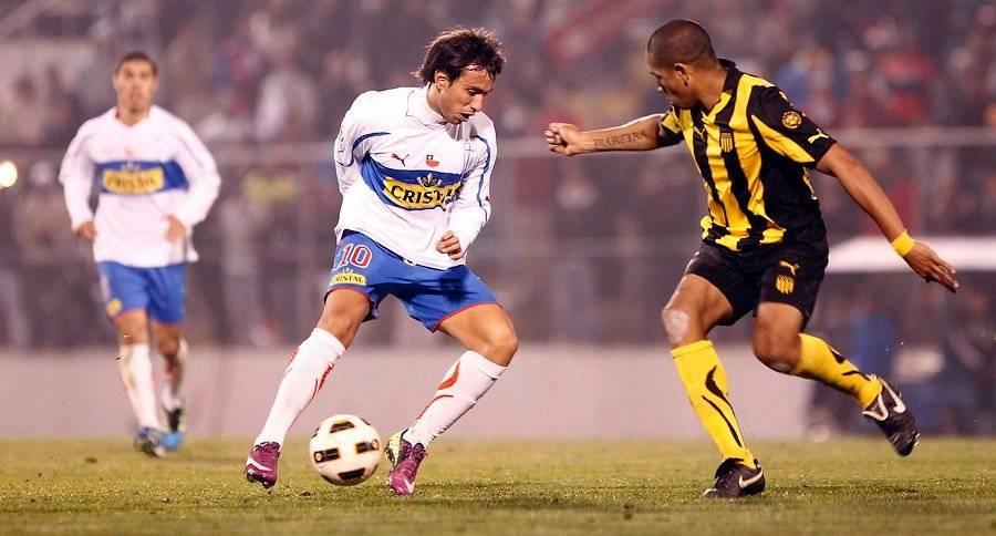 Ante Peñarol en Uruguay, por los cuartos de final de la Libertadores 2011, Marcelo Cañete también tuvo un buen desempeño individual, pero en aquella ocasión los cruzados perdieron 2-0 / Foto: Agencia UNO