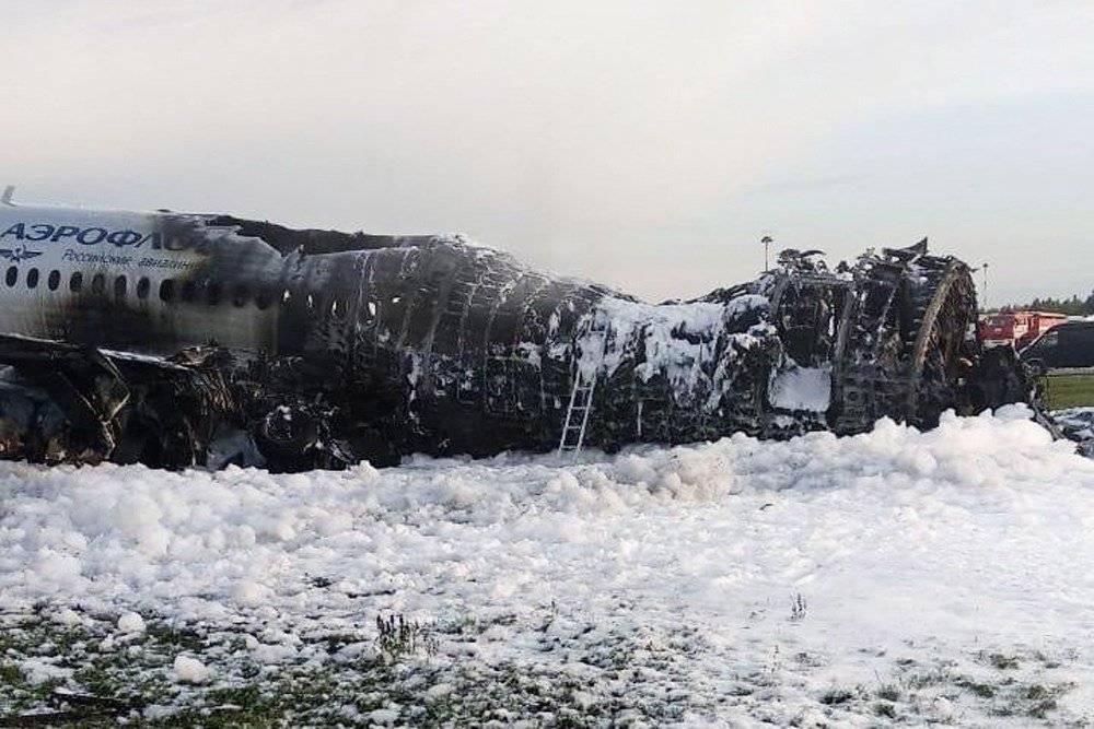 Así quedó el avión que se incendió en aeropuerto de Rusia EFE