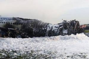 Así quedó el avión que se incendió en aeropuerto de Rusia