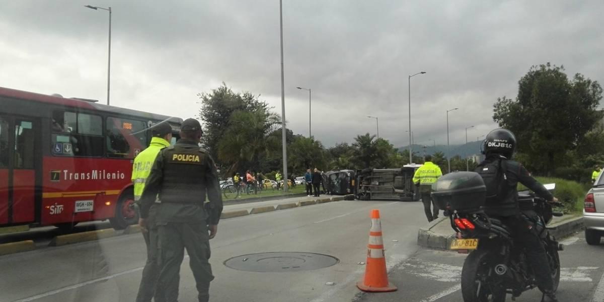 Dos vehículos volcados en un accidente en la Calle 26 de Bogotá