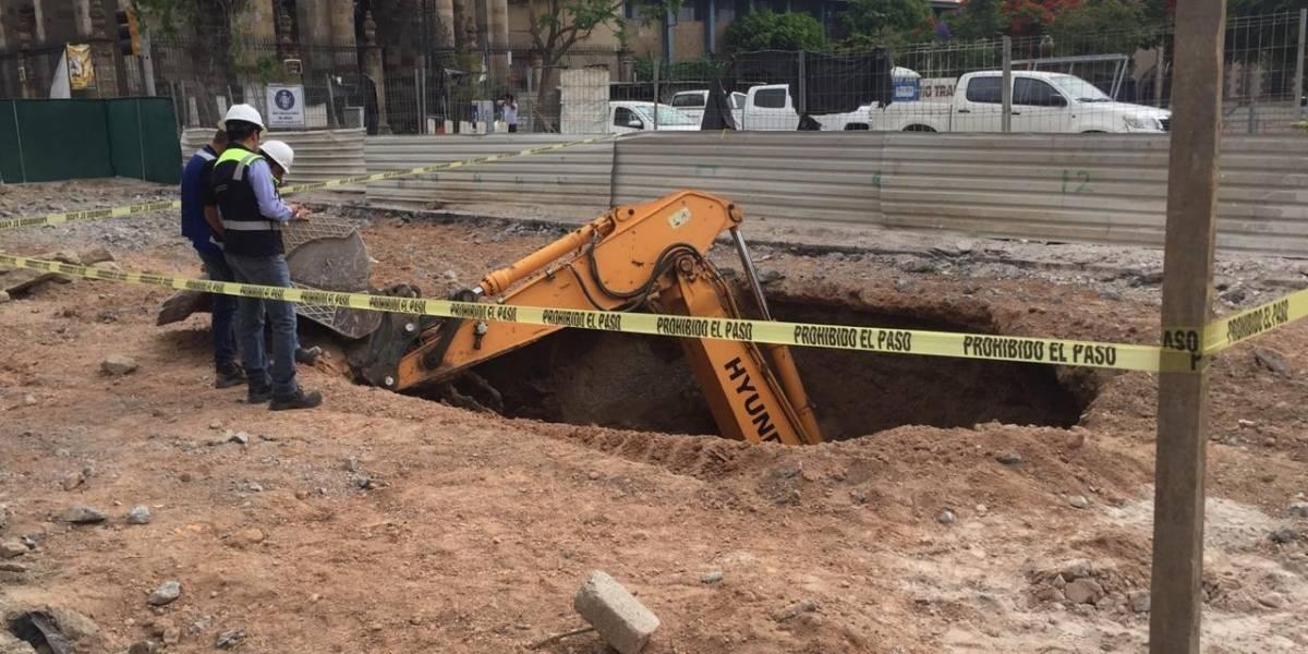 Investigan autoridades hundimiento de trascabo en obras del Paseo Alcalde