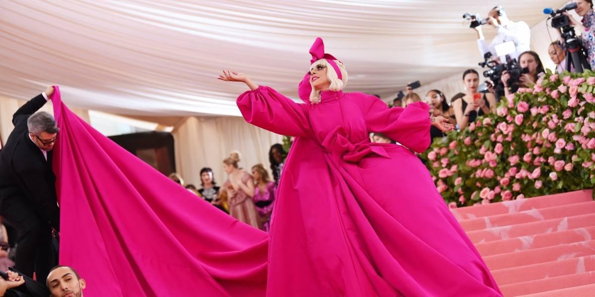 Lady Gaga se quita la ropa en la alfombra roja de la Met Gala