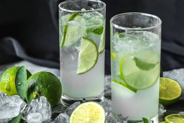 Agua con rodajas de limon beneficios