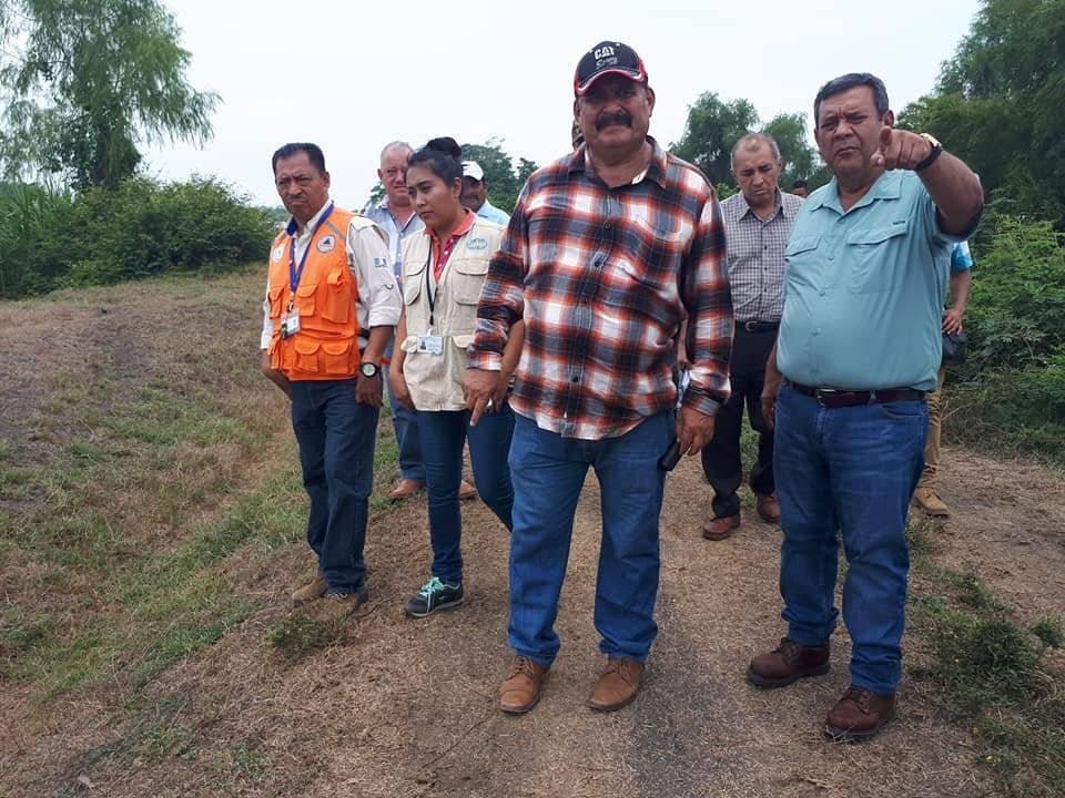 Ottoniel Lima, vinculado al narcotráfico, y Guillermo Domínguez, gobernador de Escuintla, supervisan trabajos públicos.