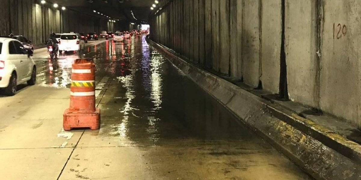 Vazamento de água no túnel Anhangabaú deixa trânsito lento na região
