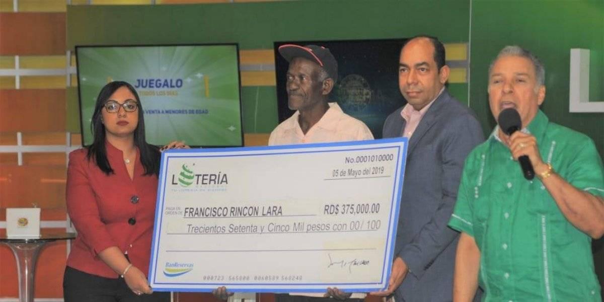 Lotería Nacional entrega premio de RD$375,000 a ganador de Billetes y Quinielas