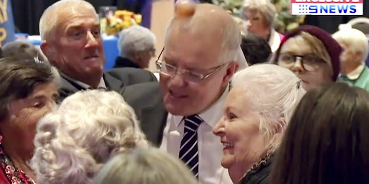 A huevazos reciben a primer ministro de Australia durante evento electoral